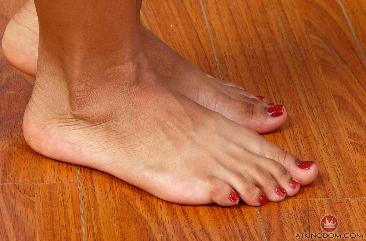 Nami Dahlia's feet