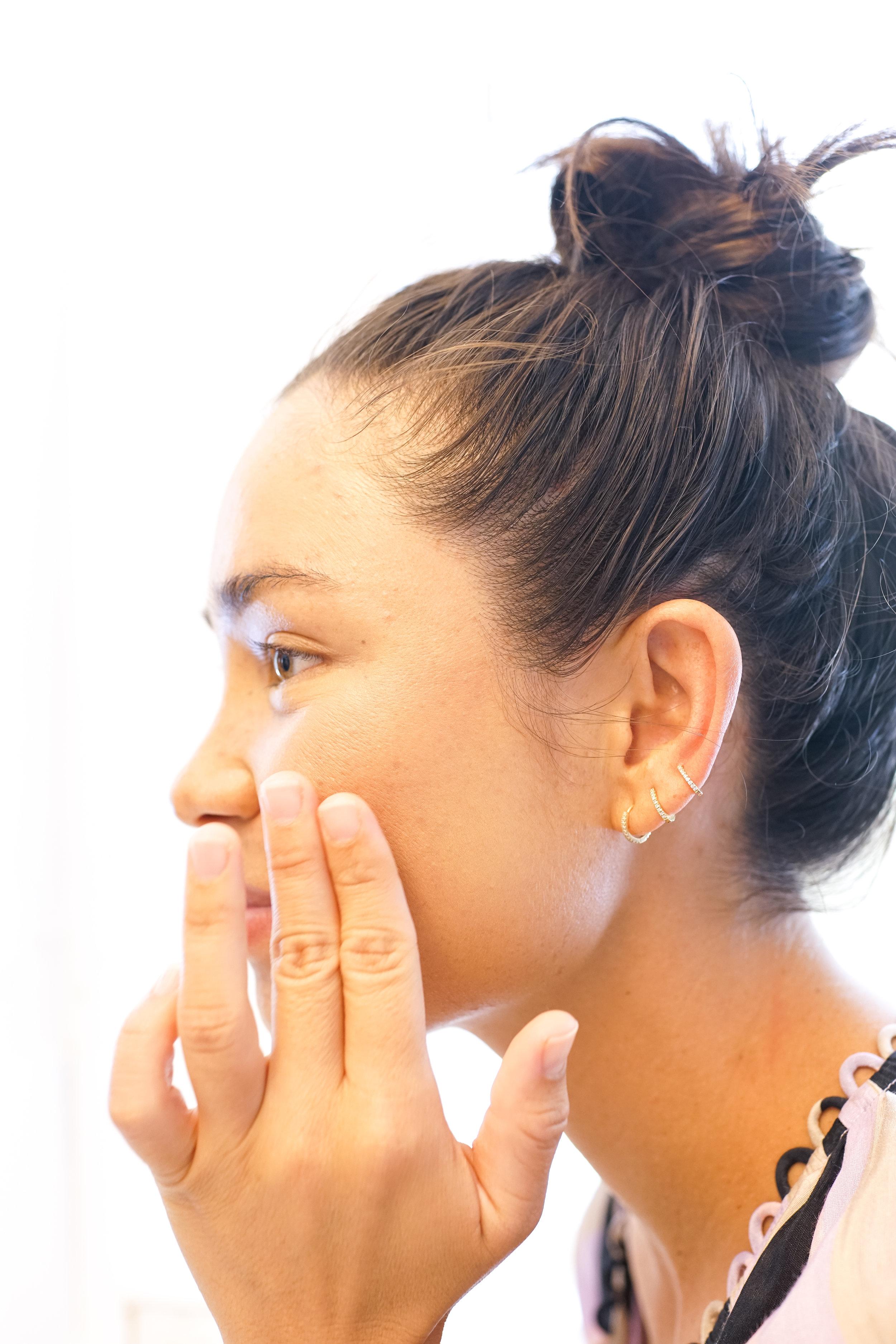 Oleema Miller putting on Ilia makeup