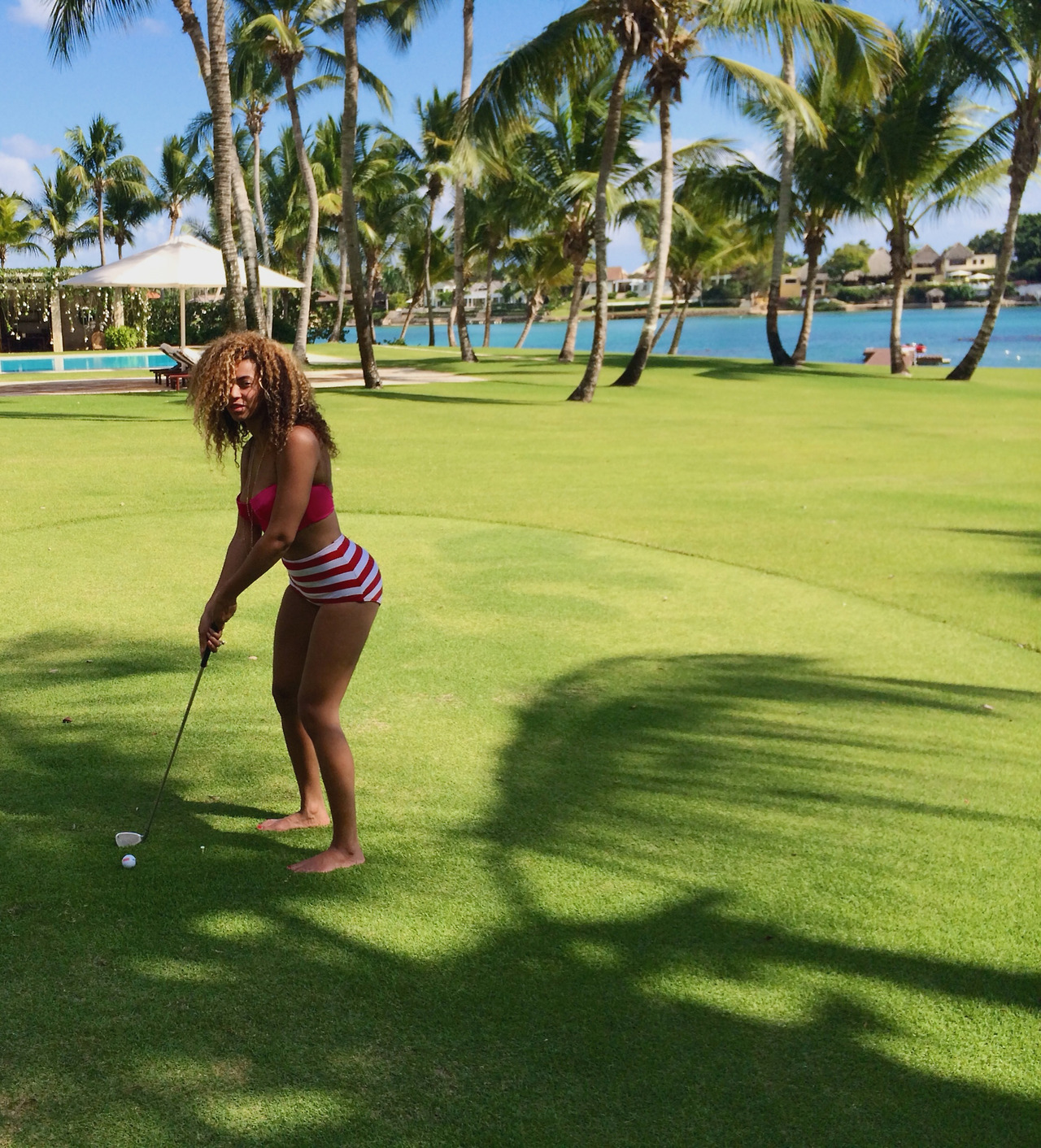 Beyoncé playing golf