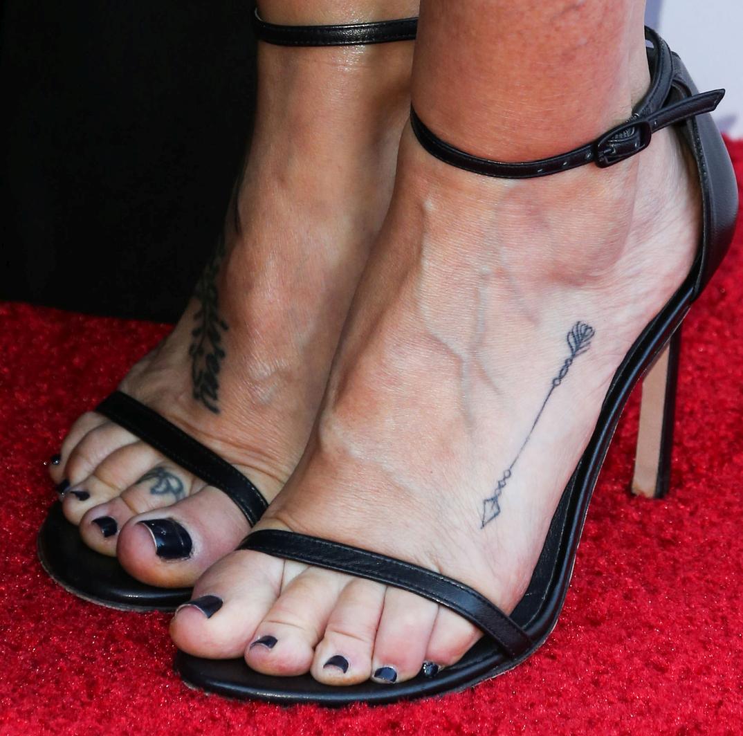 Tish Cyrus showing her feet