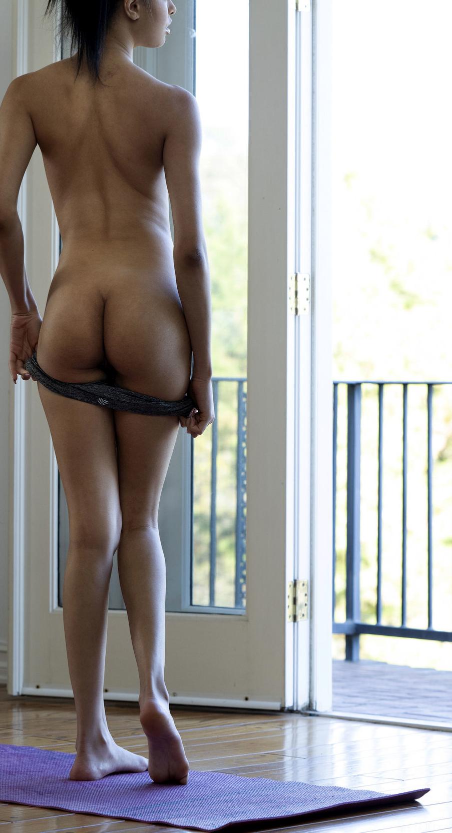 Scarlett Bloom showing her ass