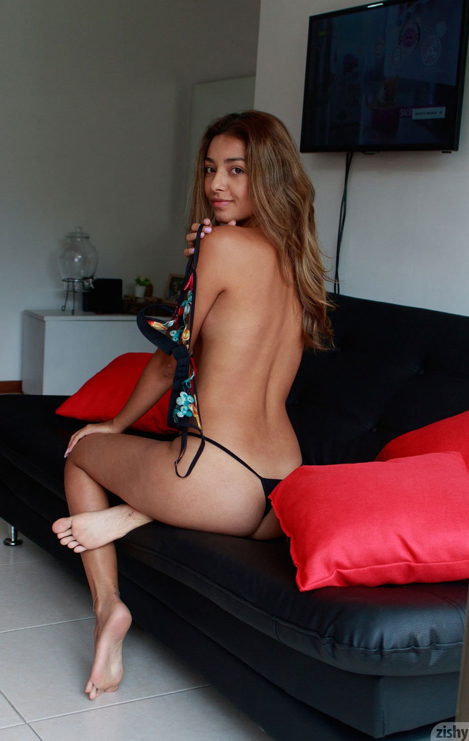 Camilita Johanna showing her ass and stripping